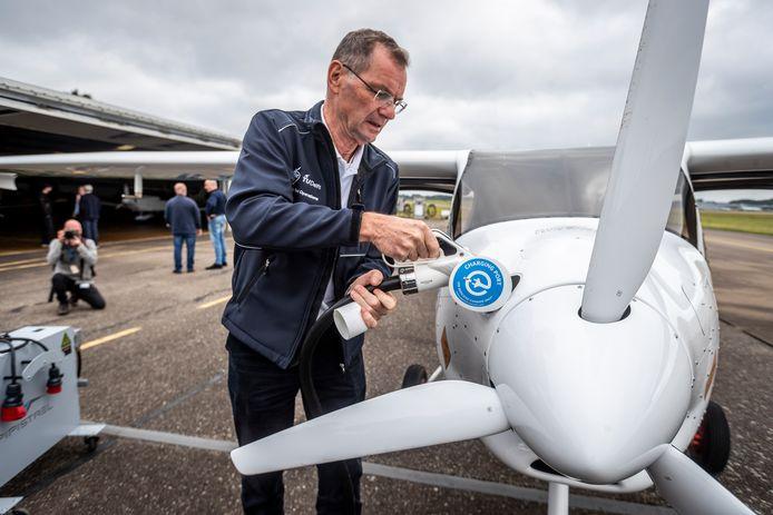 Piloot Wim Bonnee legt de elektrische Pipistrel Velis Electro aan de stekker op Eindhoven Airport.
