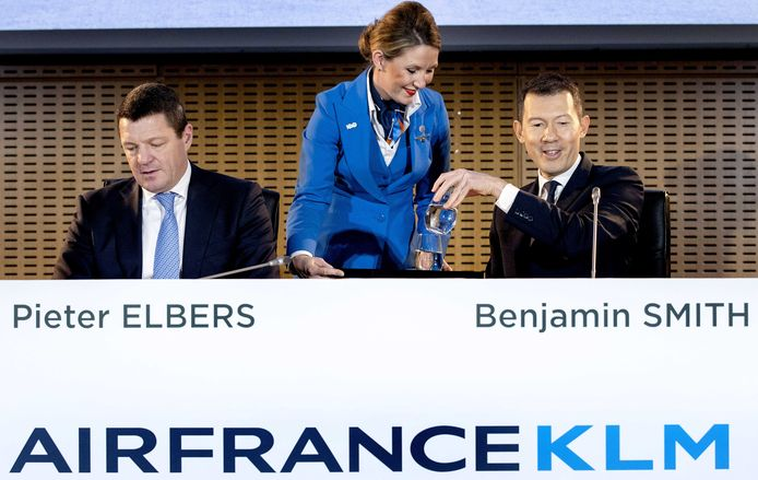 Ceo van KLM Pieter Elbers (links) en ceo Ben Smith (rechts)  tijdens de bekendmaking van de jaarcijfers van Air France-KLM.