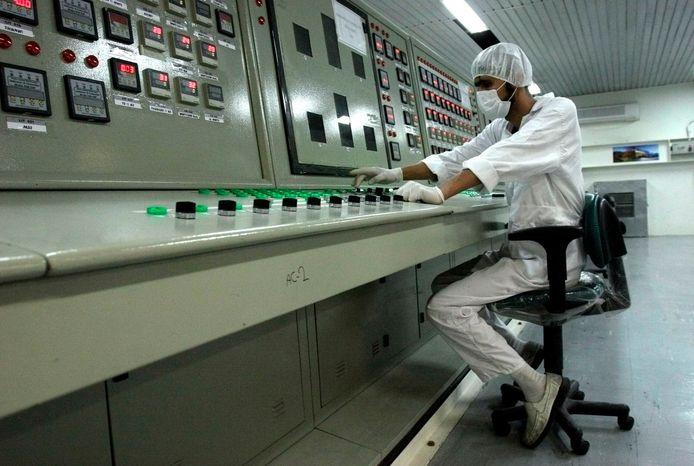 Een Iraans technicus in een uraniumconversiefaciliteit in Isfahan, archiefbeeld.