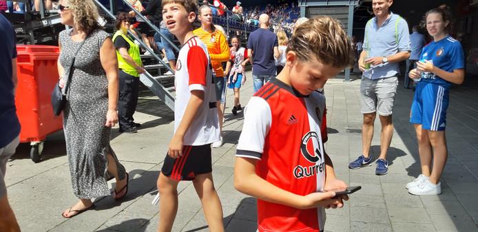 Kleine Daan checkt het laatste Feyenoordnieuws. ,,Die 6-2 van Feyenoord tegen Ajax heb ik al 50 keer gezien.''