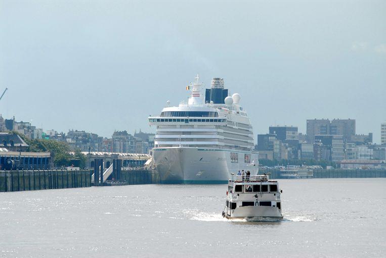 De Crystal Serenity, het grootste cruiseschip dat ooit naar Antwerpen is gekomen. Archieffoto uit 2006.