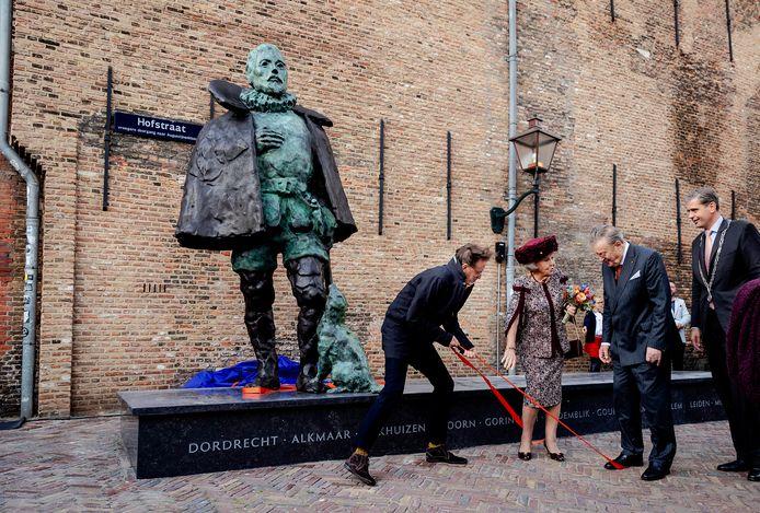 Prinses Beatrix heeft woensdagmiddag onder grote belangstelling een standbeeld van Willem van Oranje onthuld. Het beeld, gemaakt door kunstenaar Arie Schippers, heeft een plekje gekregen in de binnenstad van Dordrecht.