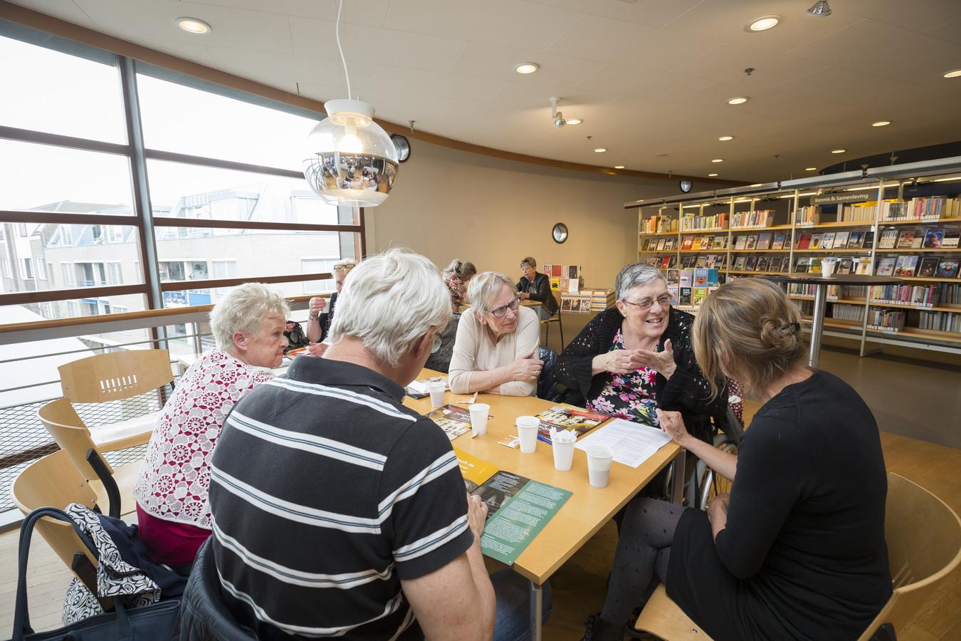 Meer dan 100 mensen wilden meer informatie over de werking van wietolie. Onder hen ook Elly Beek (2e van rechts), hier in gesprek met Suver Nuver-vrijwilligster Sandra Rozeman.
