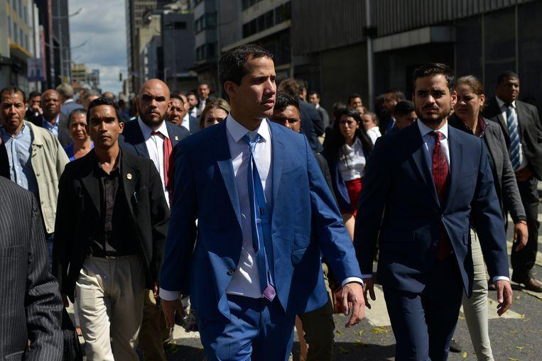 Juan Guaidó verlaat de Nationale Vergadering in Caracas op 5 januari 2020. Beeld AP. Beeld AP