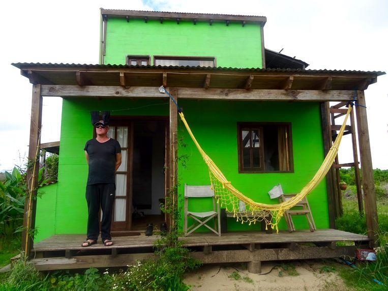 Marnix Peeters in zijn huisje aan het strand in Uruguay. Beeld rv