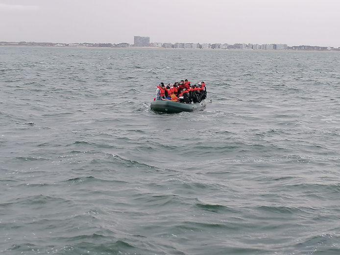 Op dit kleine bootje zaten maar liefst 49 vluchtelingen, op weg naar het Verenigd Koninkrijk. Allen konden gered worden. Een beeld van op zee, kort voor de reddingsoperatie.