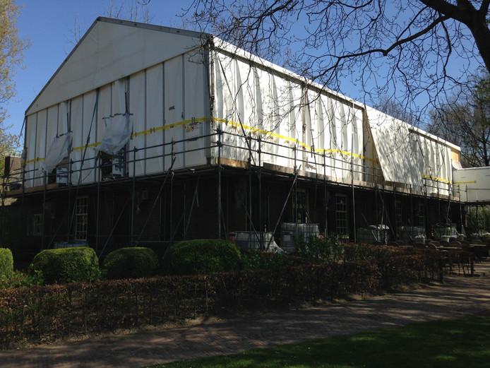 De werkzaamheden van de asbest-sanering bij Boerderij Denissen werden vervroegd gestart, waardoor de uitbater verlies zou maken.