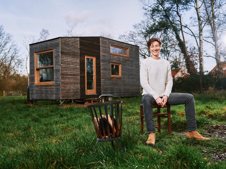 Miet Vanhassel bij haar Tiny House. Beeld Thomas Sweertvaegher
