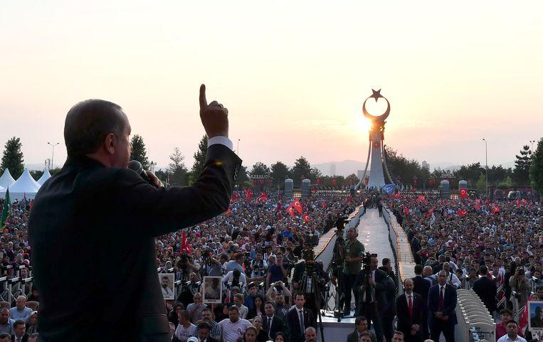 Erdogan spreekt aanhangers toe voor het presidentiële paleis, tijdens de huldiging van een monument om de slachtoffers van de staatsgreep te herdenken. Beeld AP