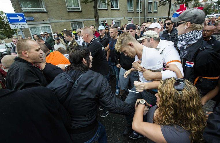 Demonstranten pakken een Israelische vlag af van oud-PVV raadslid Paul ter Linden (M). Uit de Volkskrant van vandaag: 'Ja, dat moet je dus niet doen hè', zegt een man. 'Met al die fans van ADO Den Haag hier. Die gaan natuurlijk niet onder een Joodse vlag lopen.'<br /><br /><br /> Beeld null