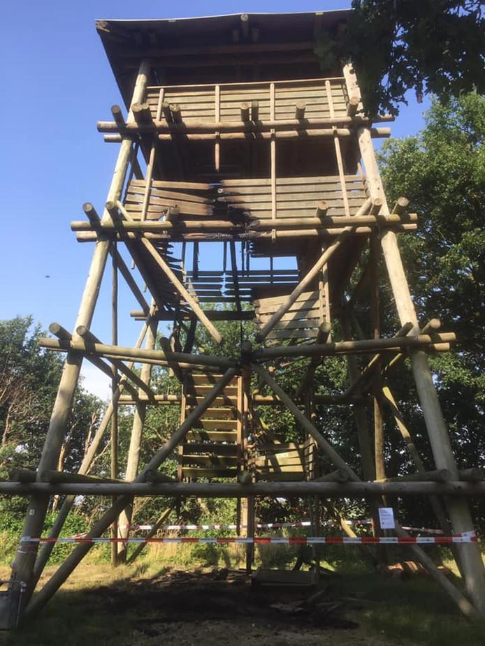 Uitkijktoren bij de Kraaijenberg vermoedelijk in brand gestoken.