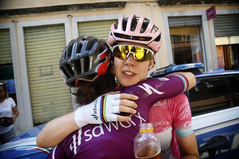 Anna van der Breggen wordt door de Zuid-Afrikaanse Ashleigh Moolman gefeliciteerd met haar eindzege in de Giro d'Italia Femminile. Beeld Cor Vos