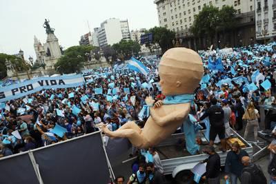 antiabortusactivisten-in-argentini%C3%AB-de-straat-op-in-aanloop-naar-parlementair-debat