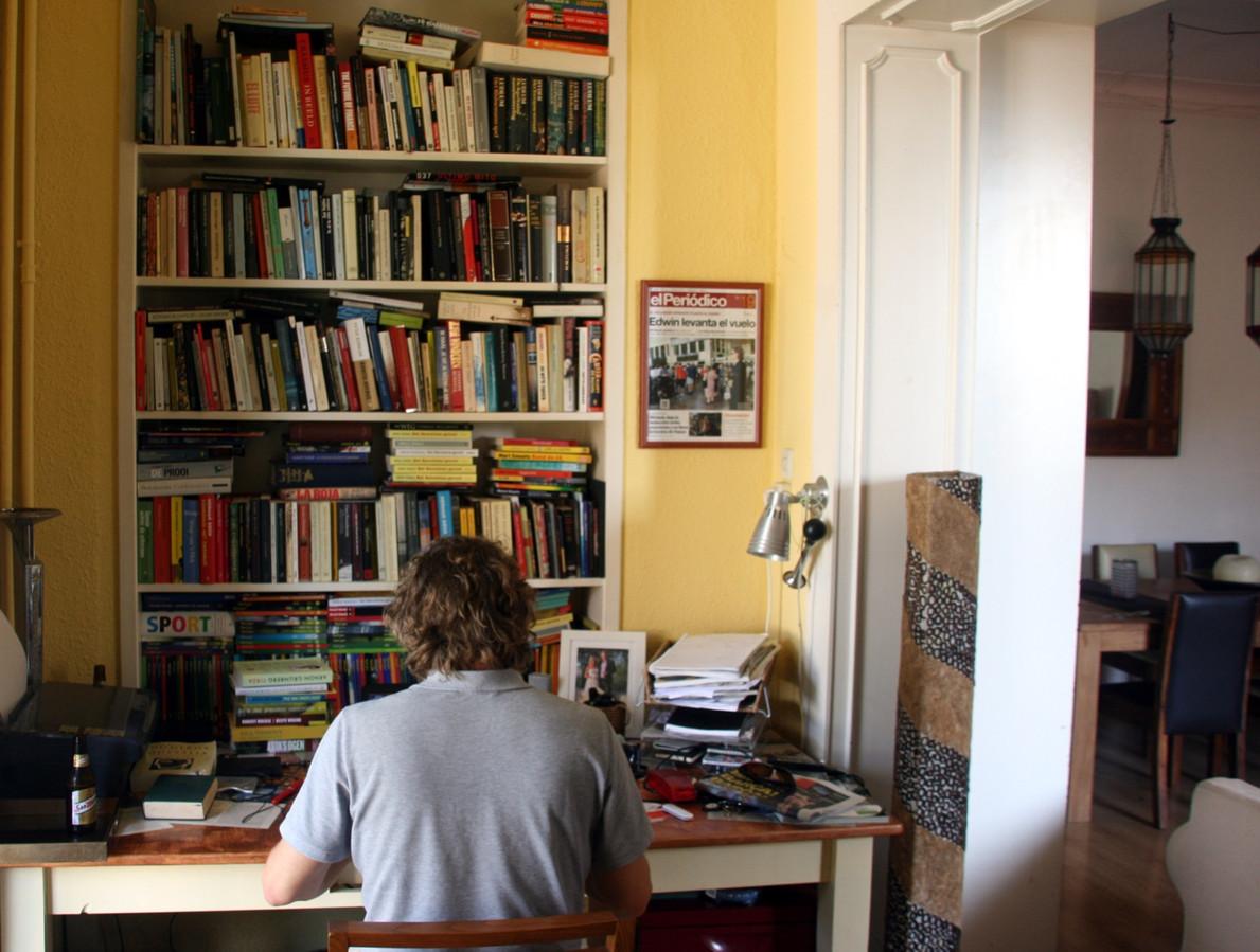 Edwin Winkels vanuit huis aan het werk