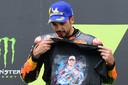 Miguel Oliveira laat een T-shirt van de de vorige week verongelukt Jason Dupasquier zien.