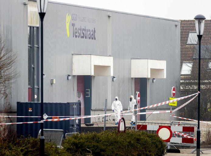 Des officiers de la police scientifique enquêtent sur une explosion ayant eu lieu sur un site de test COVID-19 à Bovenkarspel, près d'Amsterdam, aux Pays-Bas.