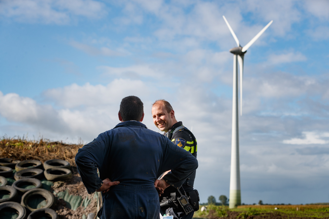 Wijkagent Bas van der Moezel op pad in het buitengebied om agrariërs te bezoeken.