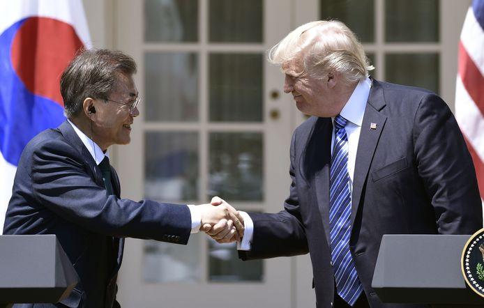 Moon Jae-in en zijn collega Donald Trump schudden elkaar de hand tijdens hun ontmoeting in Het Witte Huis afgelopen zomer.