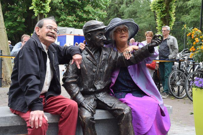 De adviescommissie bemiddelde ook bij het beeld van D'n Ballefrutter. Op de foto: Kunstenares Jeanne van Midde en haar man Peter bij het beeld.