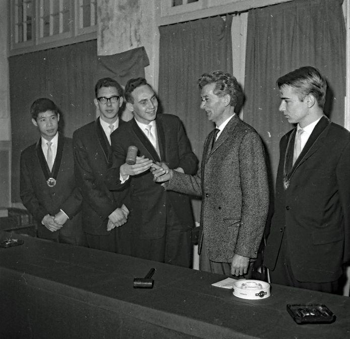 Een timmerman uit Delft overhandigde in januari 1964 een nieuwe voorzittershamer aan het bestuur van studentenvereniging Demos in Eindhoven.