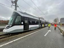 Nieuwe tram maakt proefrit in Zeebrugge... en plots komt er rook uit de cabine