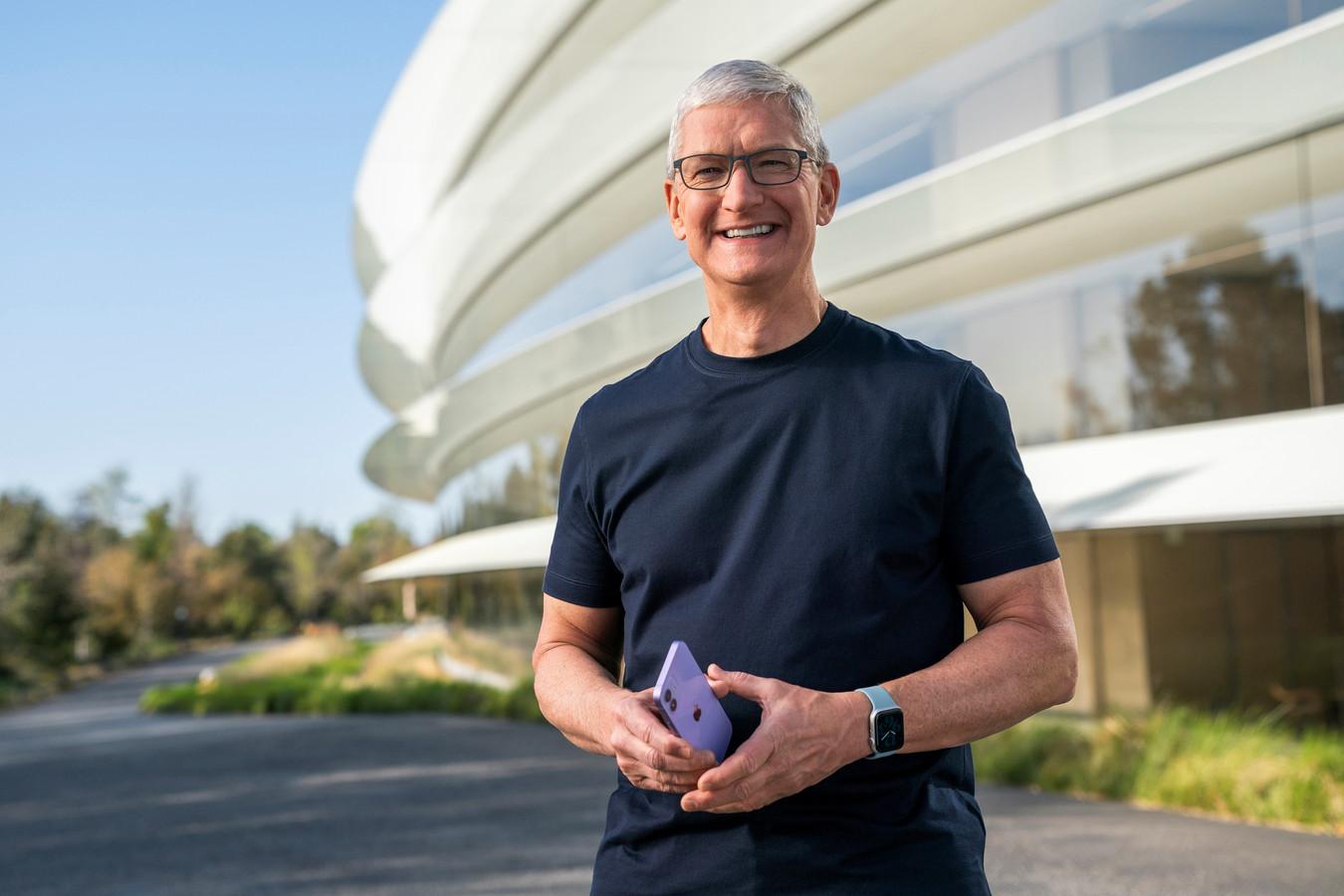 CEO Tim Cook poseert met een nieuwe paarse versie van de iPhone 12.