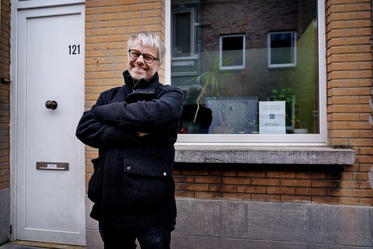 Didier Wijnants voor het huis dat ze kochten met de wooncoöperatieve om te verhuren aan vluchtelingen. Beeld © Eric de Mildt