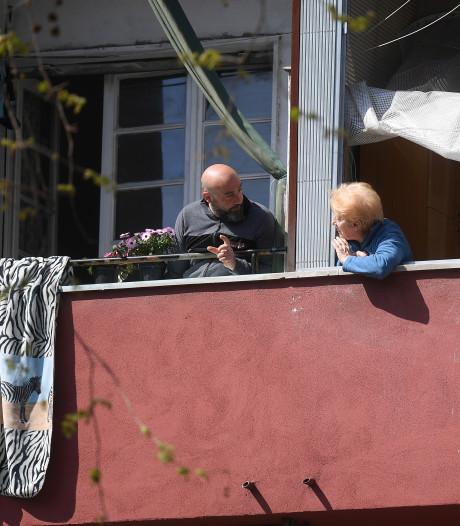 'Mijn buurman loopt al een maand twee uur per dag rondjes op zijn dak'