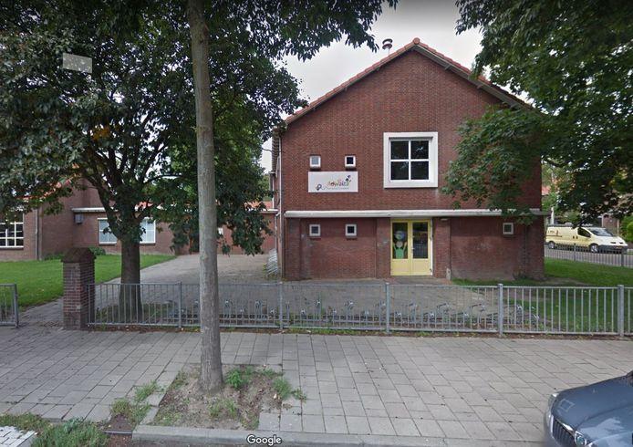 Basisschool Adwaita heeft toezicht en handhaving gebeld om het foutparkeren rond de school tegen te gaan.