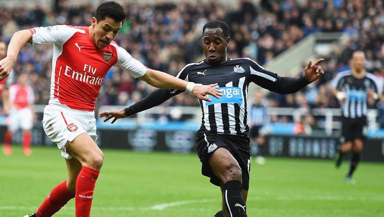 Vurnon Anita (rechts) als speler van Newcastle United in duel met Alexis Sanchez van Arsenal. Beeld getty