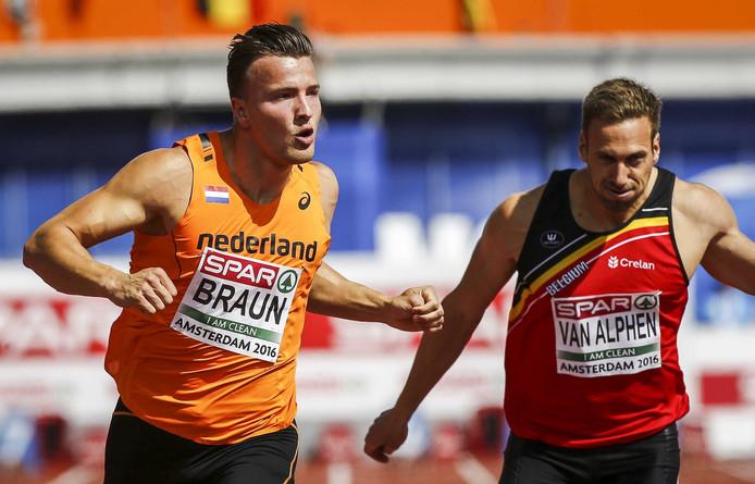 Pieter Braun klokt 11.15 op de 100 meter. Naast hem de Belg Hans van Alphen