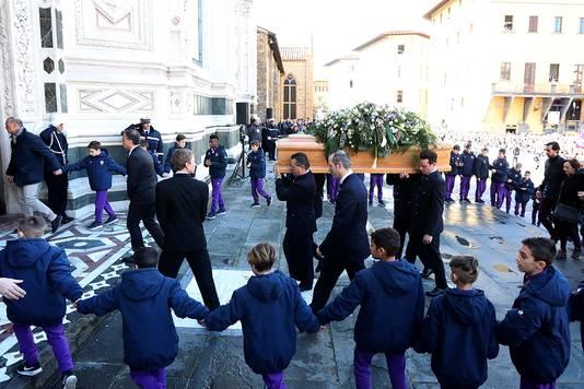 Grafkist wordt Santa Croce Basilisk ingedragen.