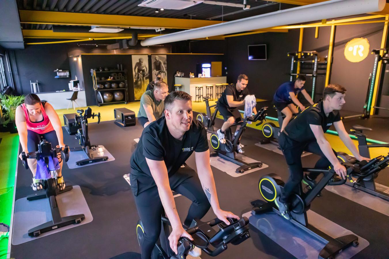 Ride It Indoor Cycling heeft de deuren weer geopend. Eigenaar Rick Heijmans midden op de voorgrond.