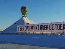 Carnavalssneeuwpop langs A4 vraagt aandacht voor uitzichtloze situatie boeren: 'Straks zijn we er niet meer'
