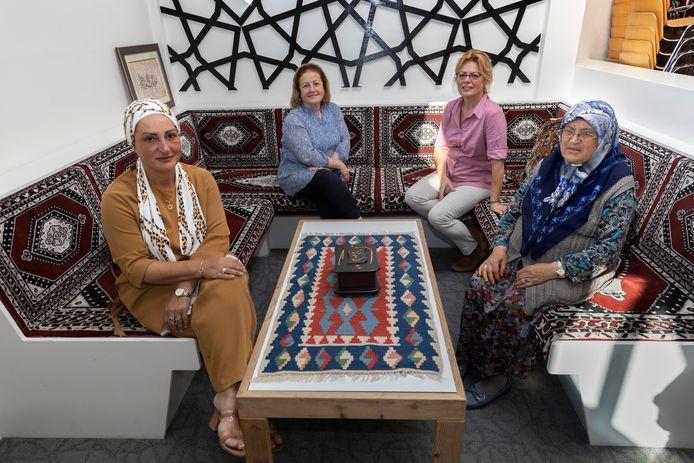 Ayse Bakker-Kaya, Songul Ergun, Linda Luiten en Gurcu Yuksel van de vereniging Lâle die een woningcomplex voor Turkse senioren wil bouwen aan de Tongelresestraat in Eindhoven.