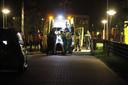 Medisch personeel vannacht bij het asielzoekerscentrum in Harderwijk. Twee mannen raakten ernstig gewond. Een 23-jarige man, die als verdachte is aangehouden, raakte licht gewond.