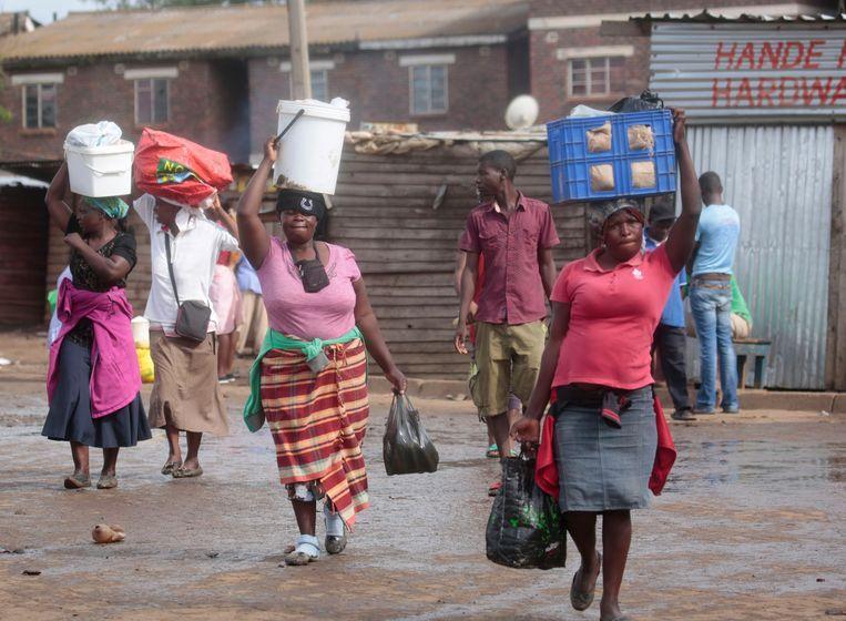 Het nog rustig op straat, twee dagen nadat de protesten in Harare zijn begonnen, maar langzaam ontwaakt de stad uit zijn comateuze toestand  Beeld EPA