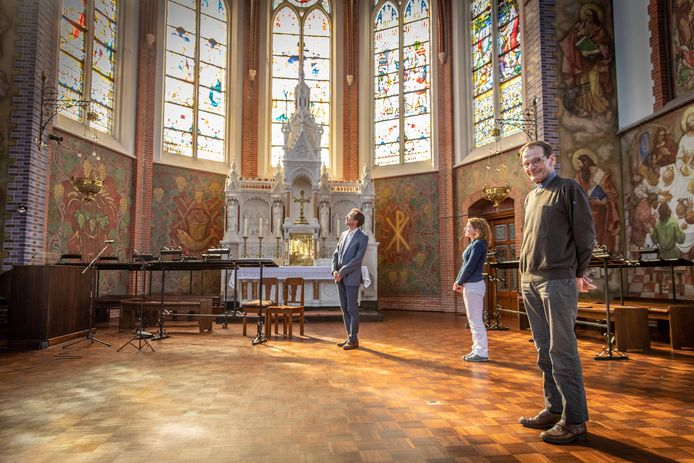 (vlnr.) Dirigent en organist  Wim Boer, zangeres Marianne Boer en pastoor Fons van Hees in de Heilige Maria Magdalenakerk in Goes.