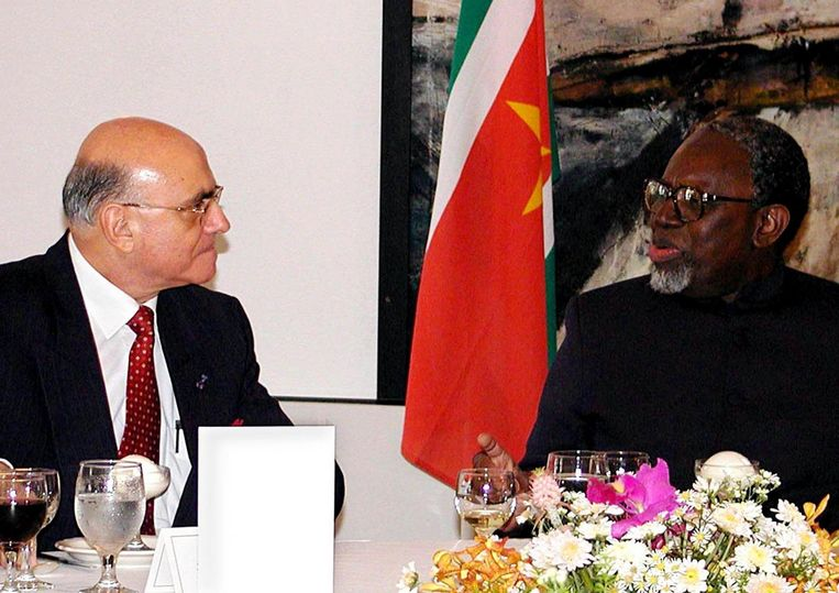 De toenmalige president van Suriname Ronald Venetiaan (R) in gesprek met voormalig gouverneur van de Nederlandse Antillen Jaime Saleh op 10 augustus 2001 Beeld epa