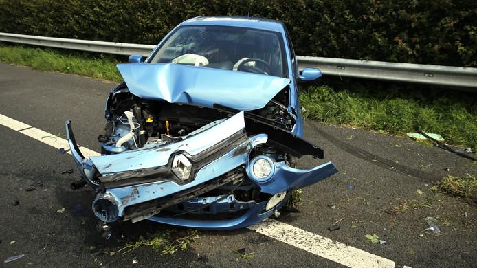 De auto raakte zwaar beschadigd bij het eenzijdige ongeval.