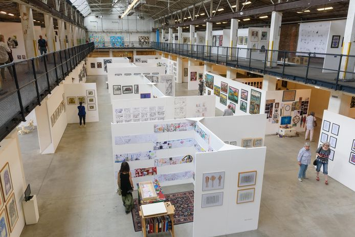 Tijdens de manifestatie Art Brut Biënnale tonen vele kunstenaars met een beperking hun kunnen. De organisatie is nu op zoek naar een andere hal.