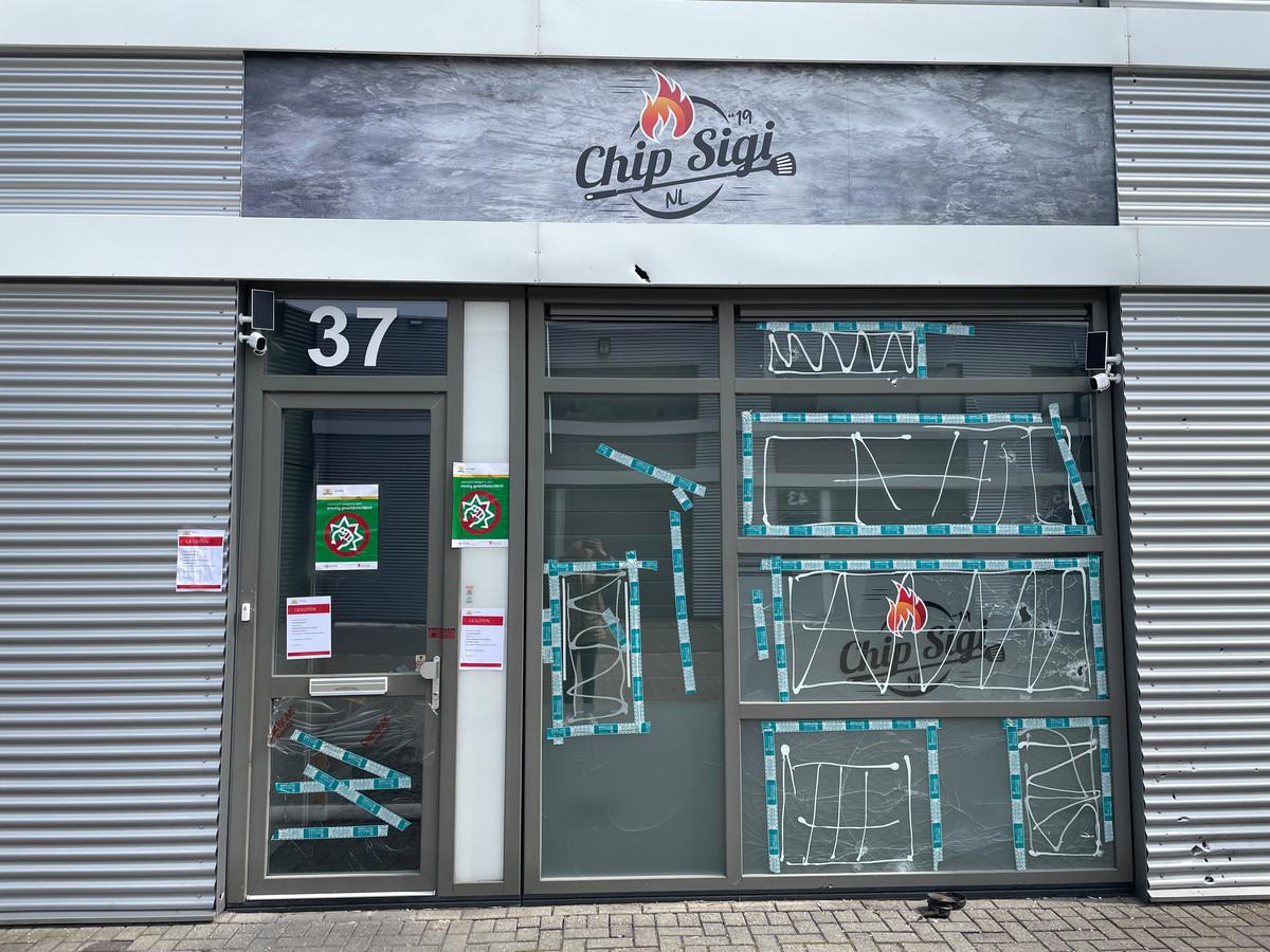 De ruiten van het beschoten restaurant Chip Sigi zijn twee weken na de beschieting dichtgelijmd.