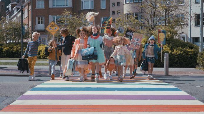 Het regenboogzebrapad in Oostende als catwalk voor de modeshow van Jeune Premier.