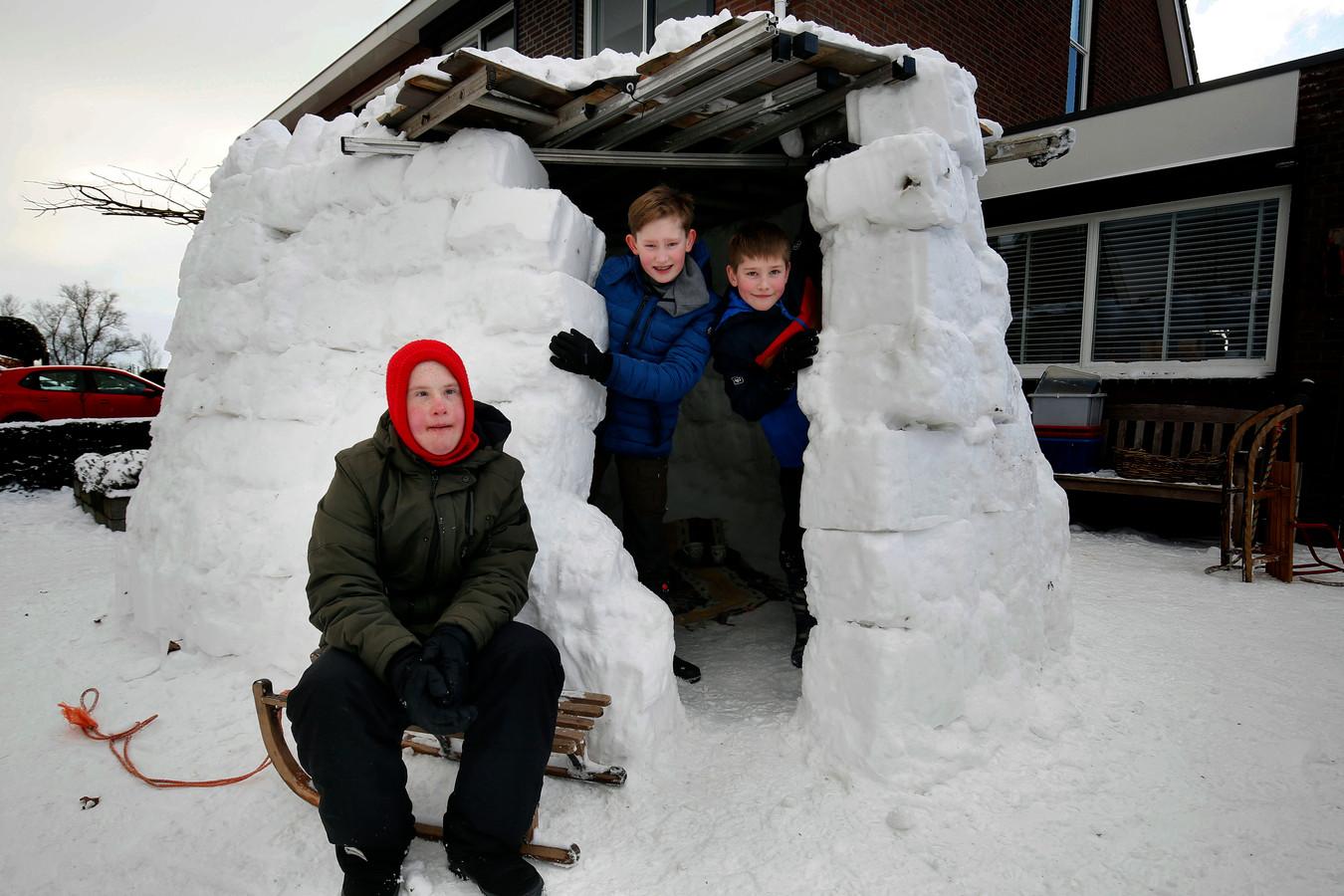 Ben, Floris, en Stef bouwden in Herwijnen een iglo.