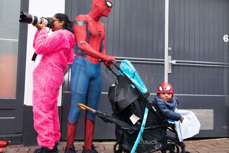 Sujintan (17) als Spider-Man, met zijn zus Priyanga (24) en haar zoontje Sujeevan (1) bij het carnaval in Breda. Beeld Martijn van de Griendt