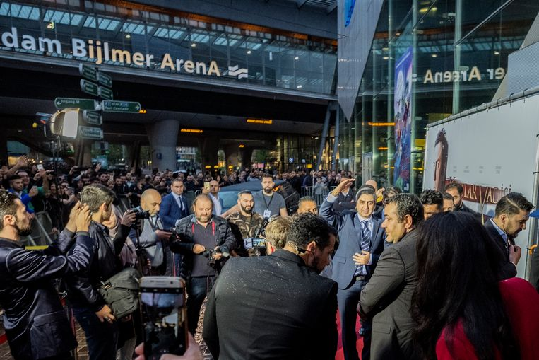 De acteurs lopen over de rode loper naar binnen bij de vertoning van 'Vatan' in Amsterdam. Beeld Patrick Post