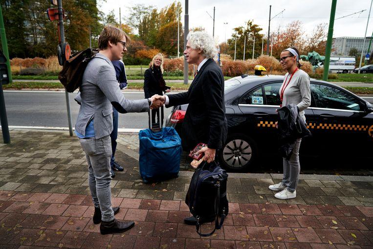 """Maarten Boudry (links) begroet Steven Pinker. """"Je zou me wel een fan van Pinker kunnen noemen, ja."""" Beeld Joris Casaer"""