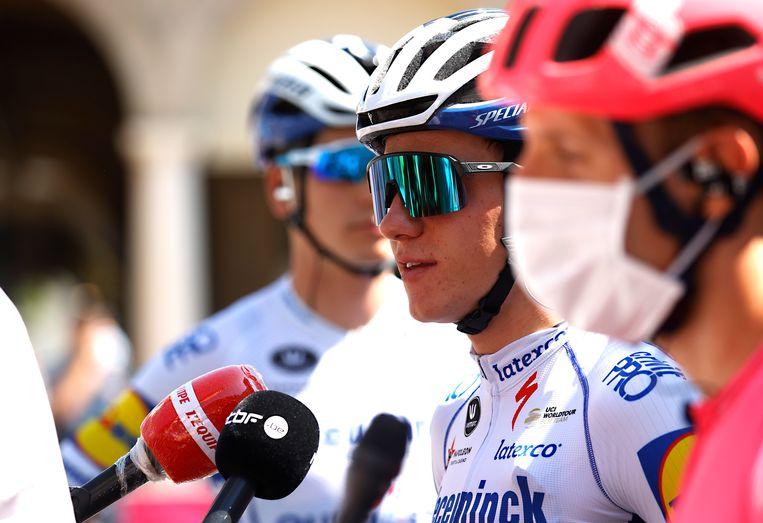 Topfavoriet Remco Evenepoel tijdens een interview voorafgaand aan de Ronde van Lombardije. Tijdens de rit kwam hij ten val. Beeld Getty Images