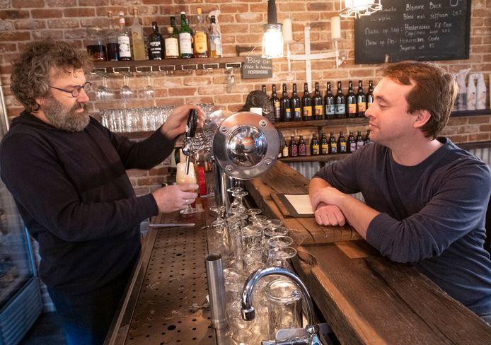 Thomas Pillen (rechts) aan de toog bij Jacco de Wee van de Stadsbrouwerij Middelburg.