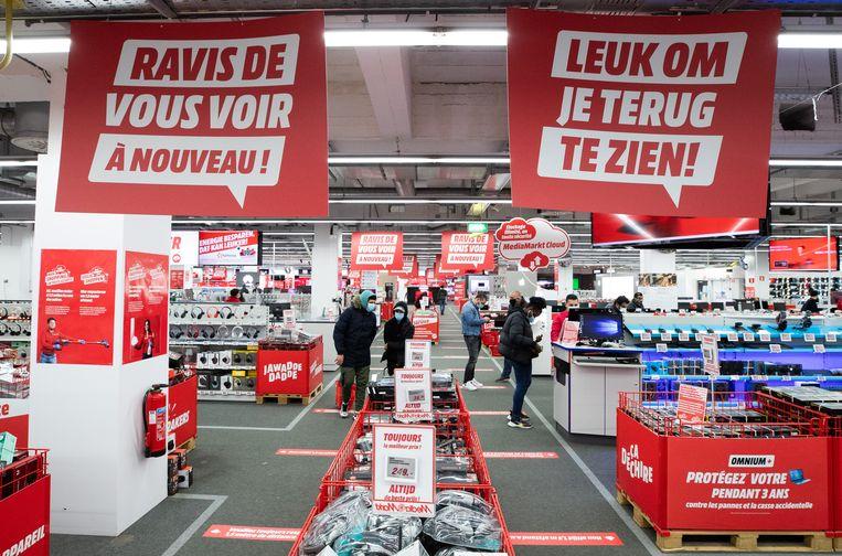 Een winkel in de Nieuwstraat. Werknemers die ook na juli technisch werkloos waren, weten nog niet hoe het zit met hun vakantiegeld volgend jaar. Beeld BELGA